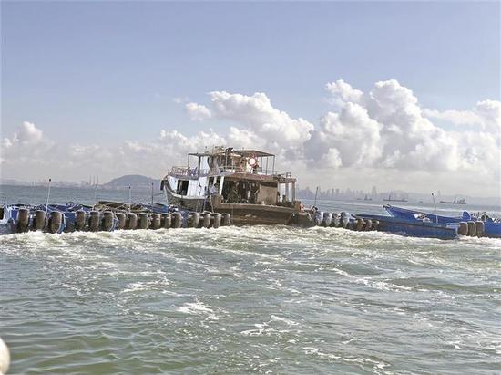 深圳海警押送非法摩托艇返回海警码头。 深圳海警供图