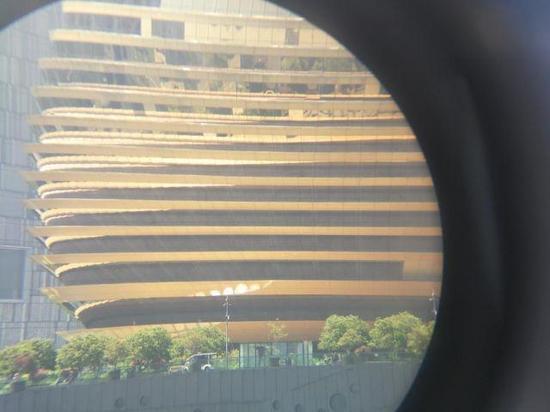 记者用手机拍下的,望远镜镜头中,大金球的景象。