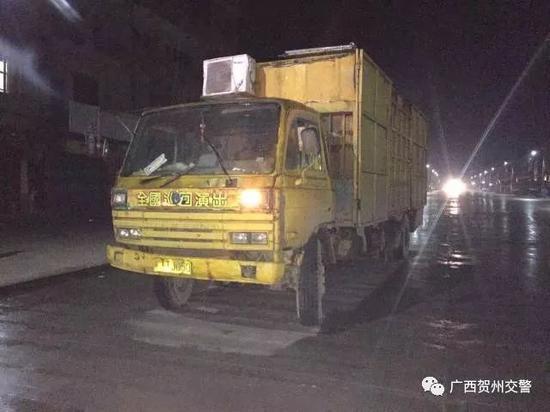 """惊!贺州一报废货车改装成""""豪华双层封闭卧铺""""上路"""