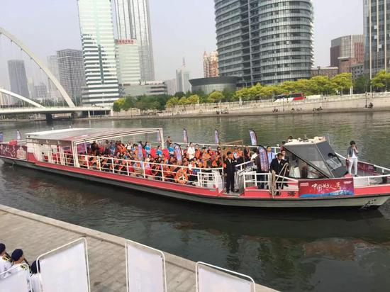 """道德模范和中国好人代表乘坐""""中国好人号""""海河游船"""