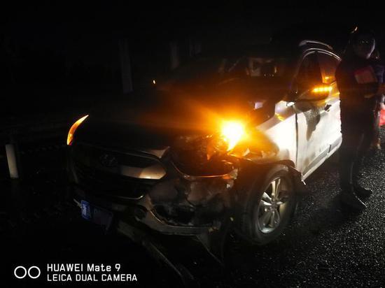 所幸的是当时车速不快,四名伤者都是皮外伤,无生命危险。