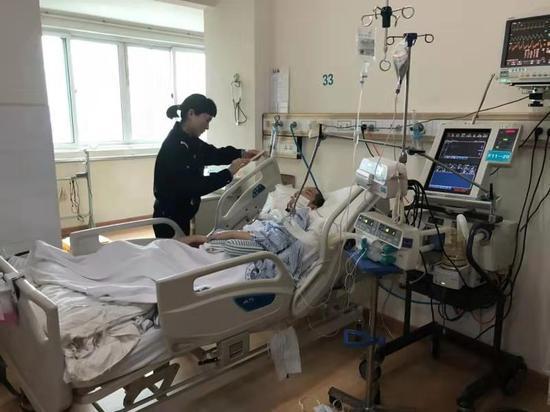 图为:党员民警到医院病床前为小方办理身份证 天台公安供图