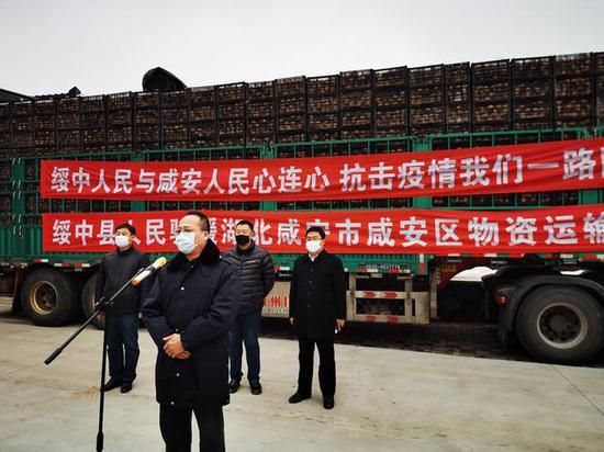 绥中捐赠湖北18万斤苹果 9名预备役官兵负责运送