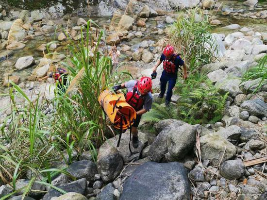救援人员在搜救失联人员。 灌阳县委宣传部供图