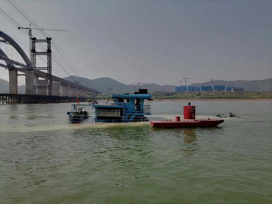 梧州一货船触礁沉没 船上4名船员及1名儿童被救出