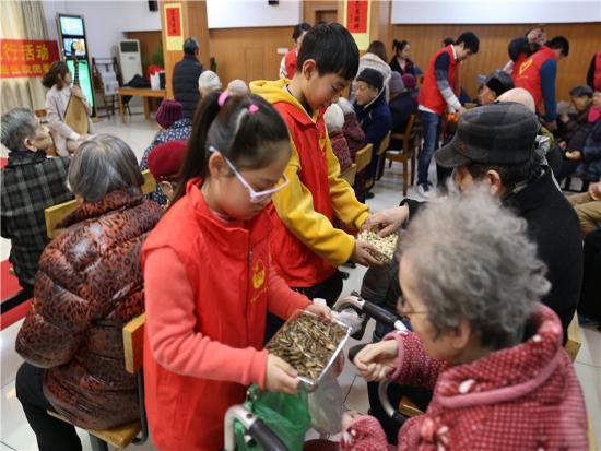 朱玉萍医生、护士周利华的孩子一直在义诊现场帮忙老人。