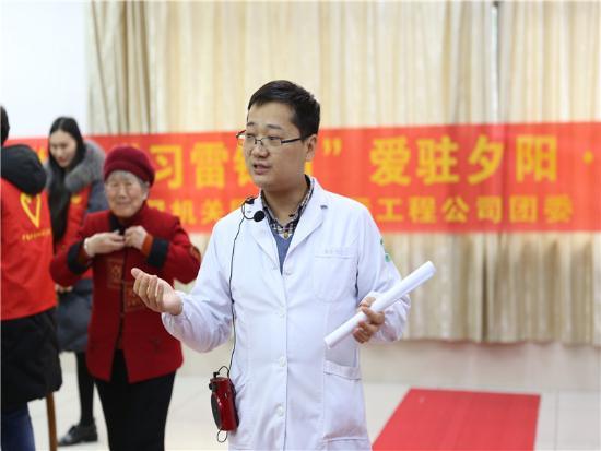 浙江医护志愿者慰问孤寡老人 爸爸带孩去义诊