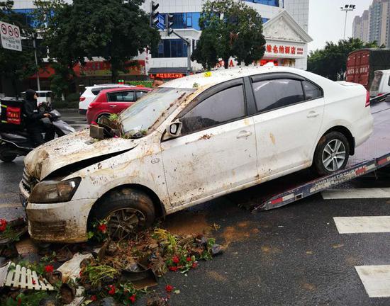 桂林:轿车冲入花圃变泥车 司机弃车而逃花圃一片狼藉