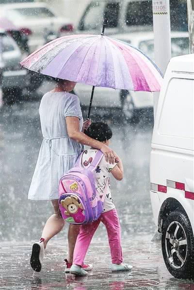 """今日立秋,伴随着昨日的一场阵雨,最高气温有所下降,津城暂时""""退烧""""。然而,立秋后还可能出现""""秋老虎"""",天气仍会继续闷热。 本报记者 吴迪 摄"""