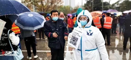 ▲风雪中,南开区支援滨海新区的疾控工作人员。(翟婧秋 供图)
