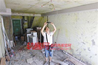 吴燕的父亲看到新房装修一团糟,说不出的烦心
