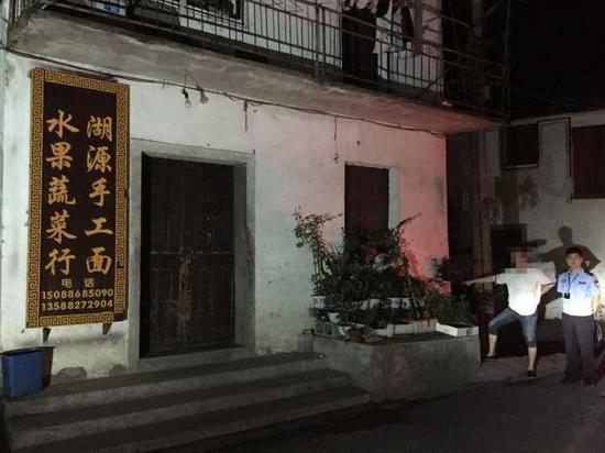 杭州1老板与演员开临牌车偷路边盆栽 价值1200元