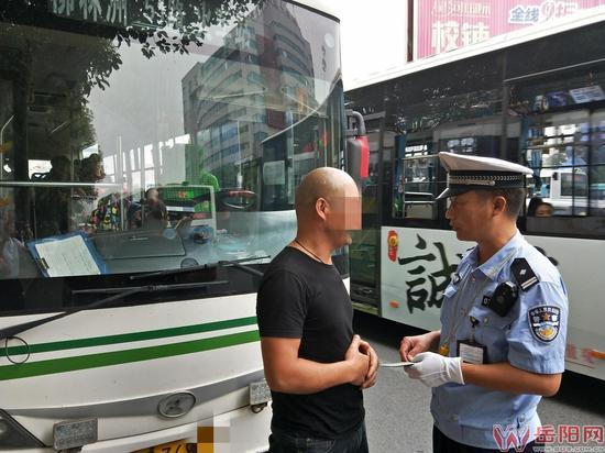 岳阳日报全媒体讯(长江信息报记者 赵芸)斑马线上,行人过马路时,最讨厌车辆横冲直撞了。