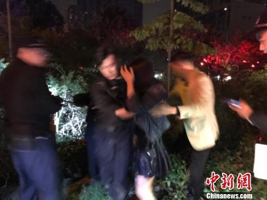 图为:朱女士被营救上岸。杭州市公安局供图