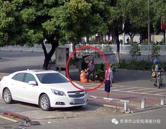 一男子在街头殴打环卫工人 视频截图 本文图片均来自贵港市公安局港南分局微信公号