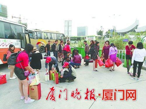 不少游客都带着大包小包的行李。