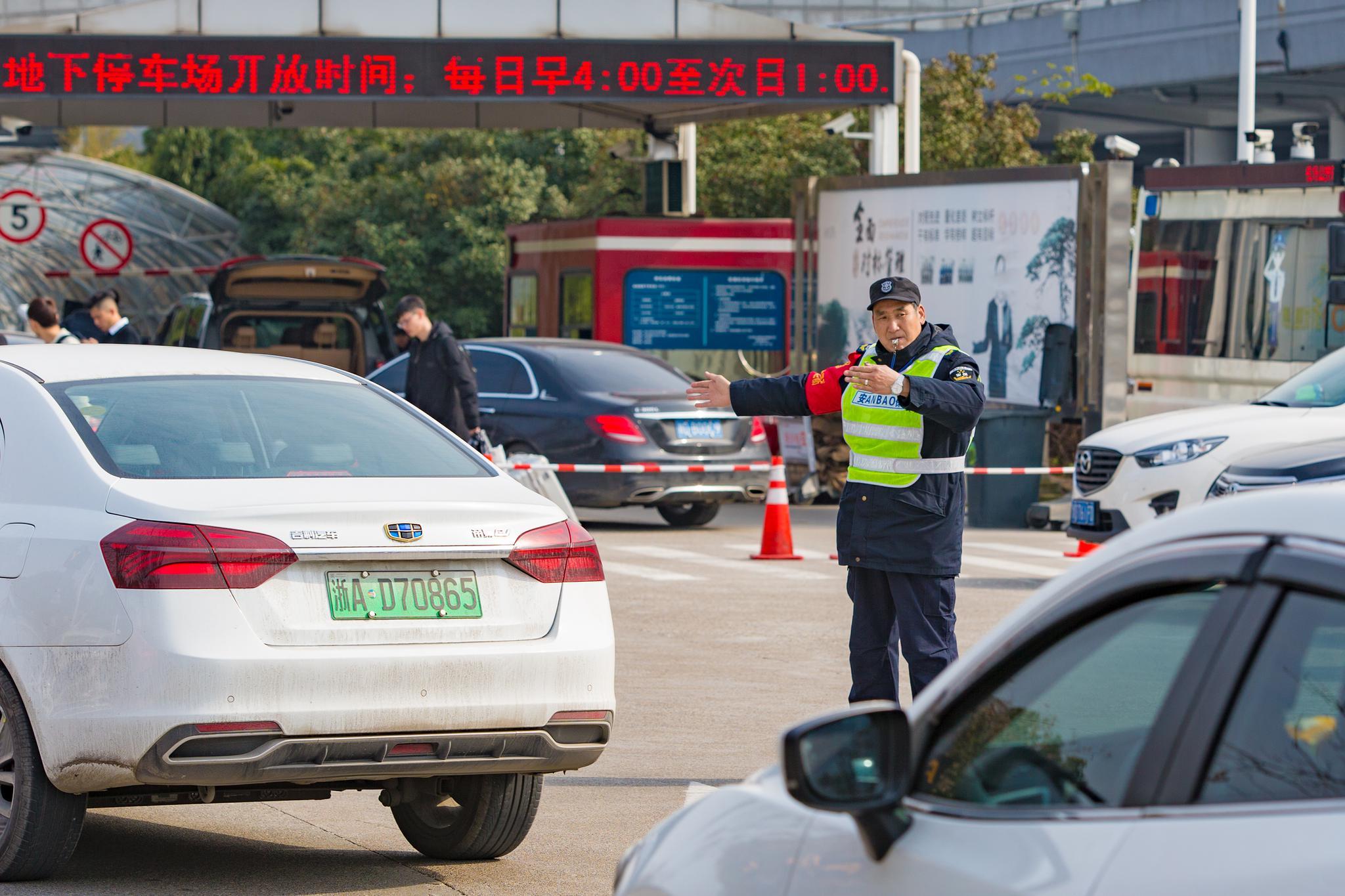 机场工作人员正在积极引导车辆有序同行 朱建美 摄