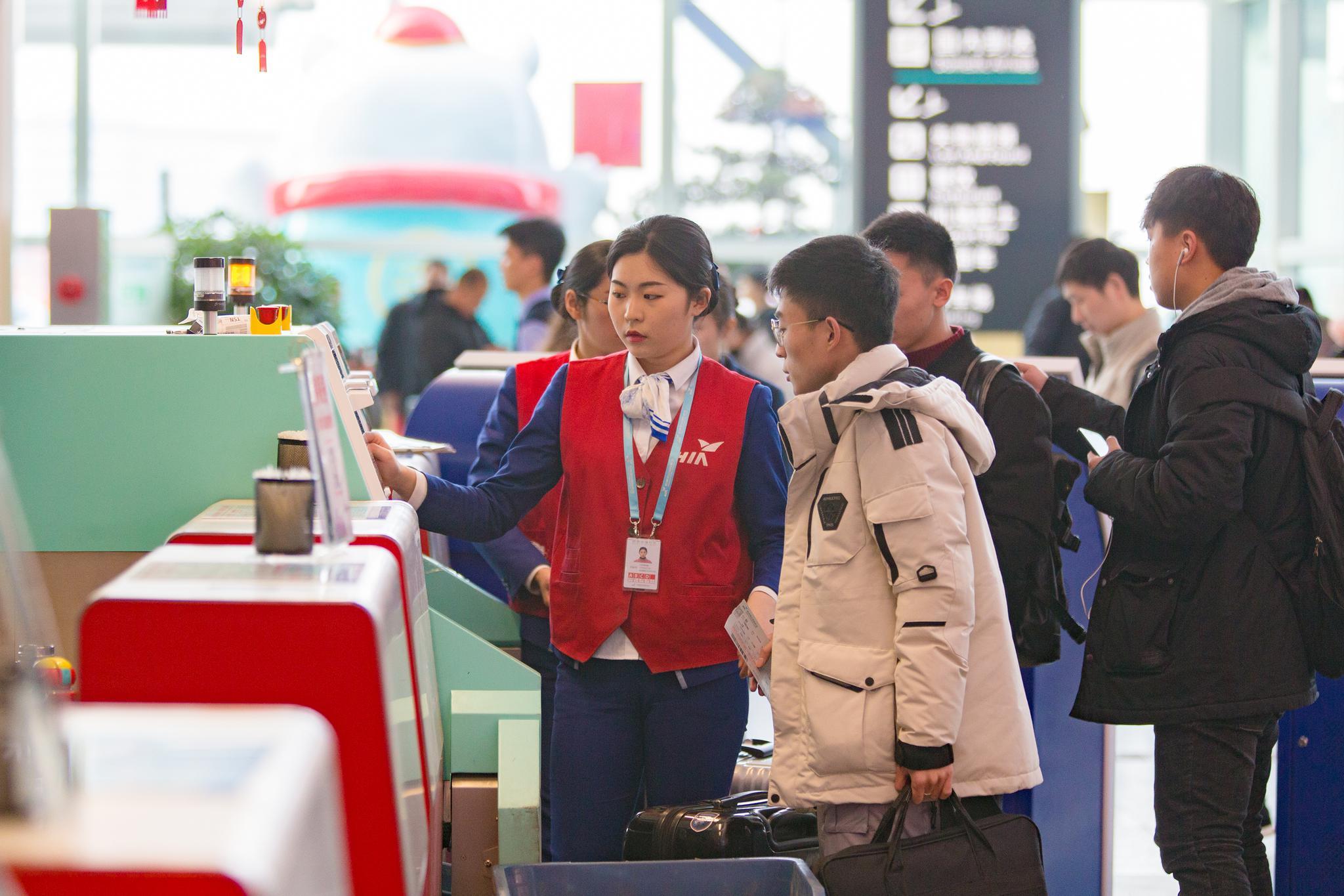 工作人员正在协助旅客办理相关手续 朱建美 摄