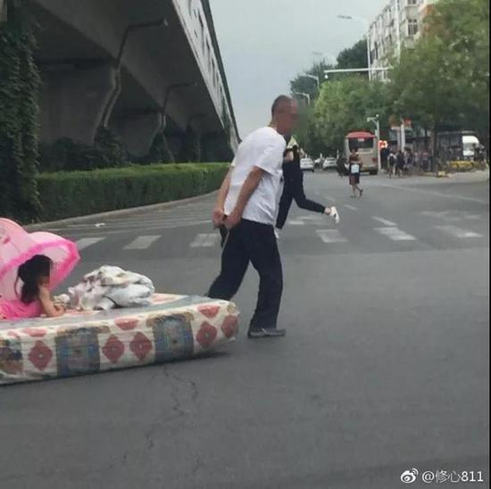 """天津一大爷大马路上""""花式遛娃"""" 网友评论笑疯了"""