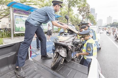南宁:地铁站口停车乱象多 堵了路失了文明