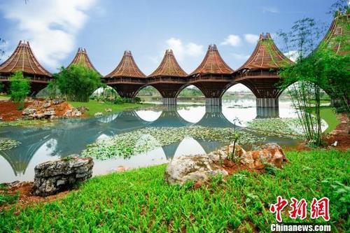 """图为中国-东盟友谊馆。该建筑以广西的风雨桥为原型,寓意 """"手拉手,心连心""""。表达中国与东盟十国睦邻友好、合作共赢之意。主办方供图"""