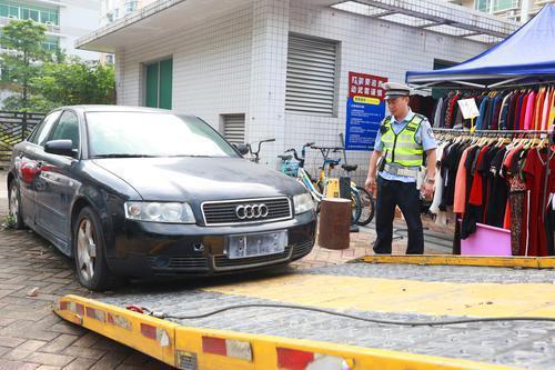 奥迪车停了两年没人理联系不上车主 警方:拖走