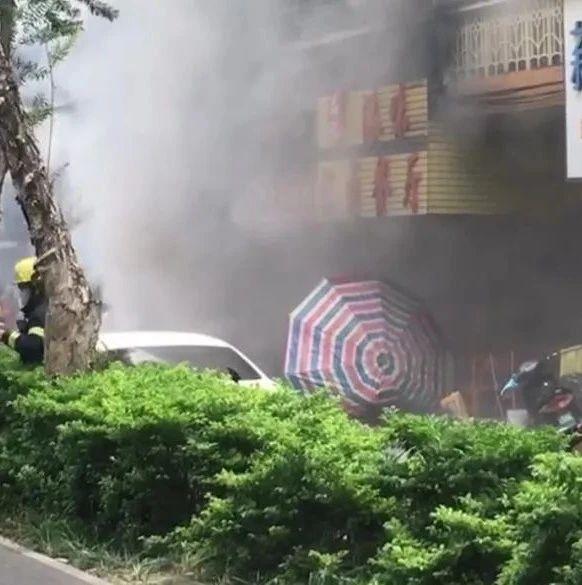 南宁星光大道一居民楼发生火灾 现场浓烟滚滚