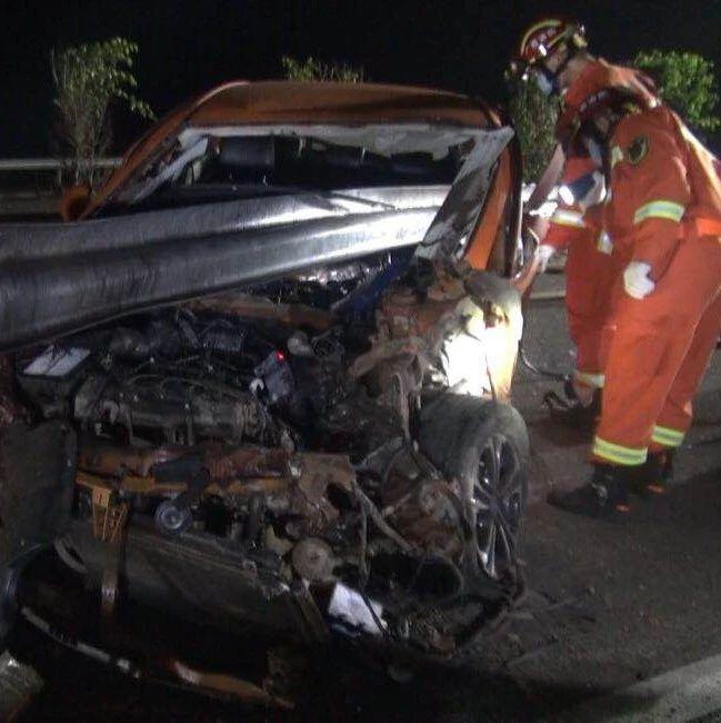 惨!广西高速小车出车祸 护栏横插车身 司机不幸身亡