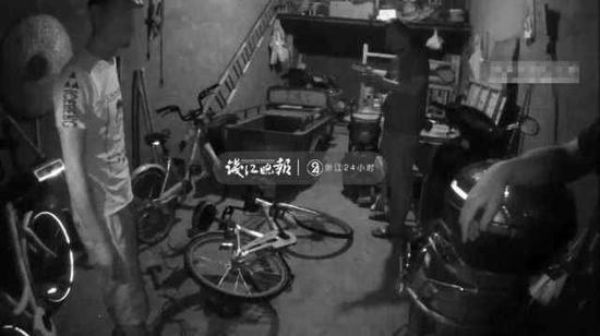 (三人见到民警神色慌张不知所措)