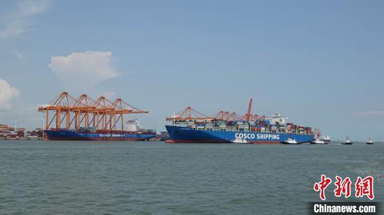 图为航拍即将驶离钦州港的10万吨级集装箱船。 俞靖 摄