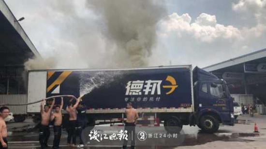 (消防人员赶到之前,员工已经展开自救。)