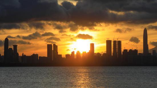 ▲清晨 5 时 45 分,太阳透过云层放出万丈光芒,天际线赤橙一片。