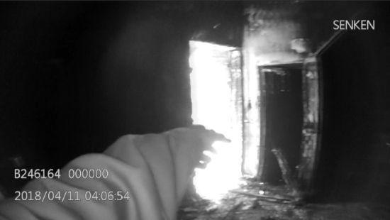 火势渐大的民房一楼住着一位八十多岁的老人 王洛销提供