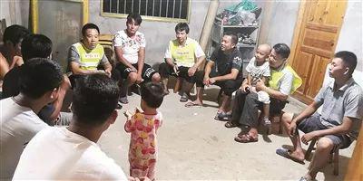 我们三名工作队员一起到归合村新龙屯居民家开群众会。(通讯员 杨云花 摄)