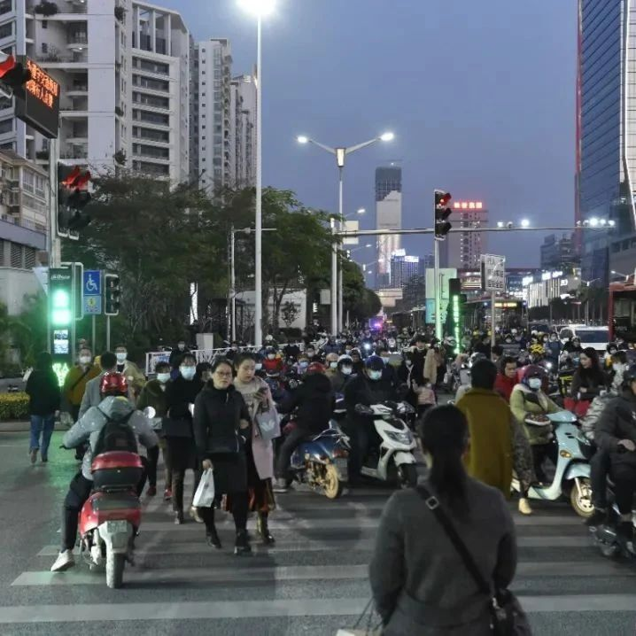 """南宁民族青秀路口新增8个机器人 会""""数数拍照说话"""""""
