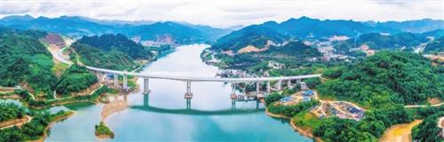 河池至百色高速公路上的红水河大桥已建好 本报通讯员 韦璐明 摄