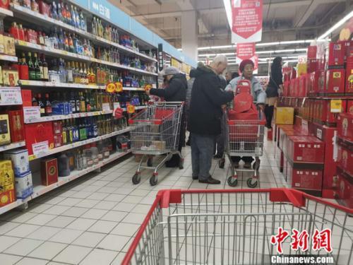 图为北京一家超市里的烟酒区。 谢艺观 摄