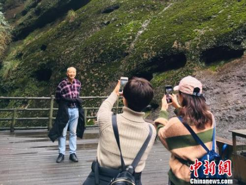 张雅一家拍游客照 受访者供图 摄