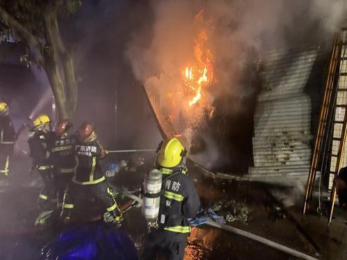 消防人员在火灾现场扑救