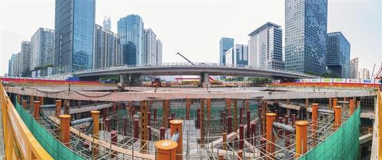深圳地铁10号线岗厦北站钢结构施工。