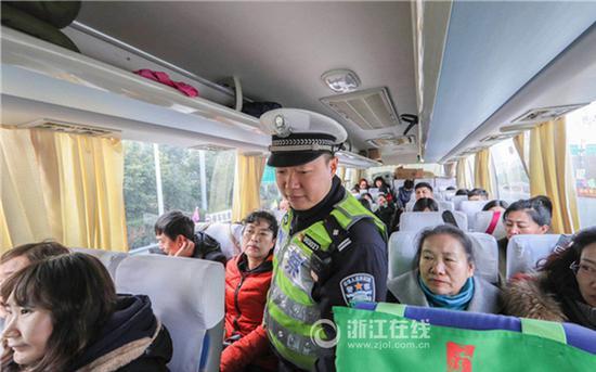 交警对长途客车进行安全检查。浙江在线记者董庆鹏 摄