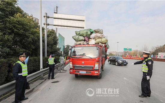 交警检查过往货车安全情况。浙江在线记者董庆鹏 摄