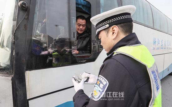交警对过往车辆进行安全检查。浙江在线记者董庆鹏 摄