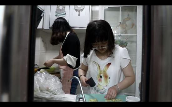 蕾蕾和朋友一起做饭。视频截图
