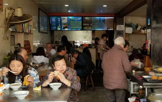 图为:尽管在中午时分,该早餐店仍有不少顾客。 王刚 摄