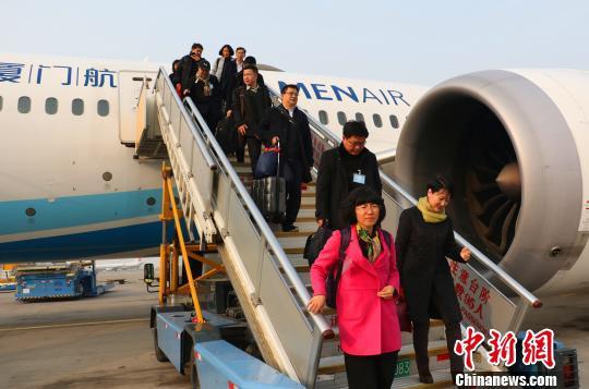 十三届全国人大二次会议浙江代表团抵达北京 汪恩民 摄