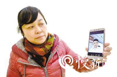何小平拿出刘金心的自拍照给重庆晚报记者看