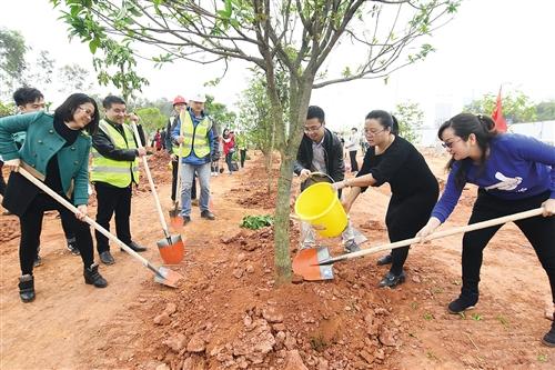 青年代表在植树点参与义务植树 本报记者 宋延康 摄