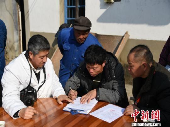 廖芳益在《自愿捐献遗体登记表》签下名字。 徐璐 摄