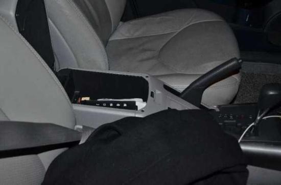 取了钱之后,他顺手放在车内副驾驶位置的储物箱中。